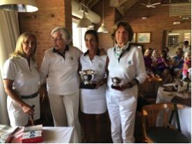 De izquierda a derecha, Adriana Isola, capitana de la AADSG, Cecilia Palacios, homenajeada por su trayectoria y liderazgo, la Campeona 2017 Marian Gavassa y nuestra presidente, Pat Healy